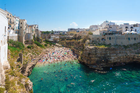 Foto de Polignano a Mare (Apulia, Italy) - The famous sea town in the province of Bari, southern Italy. The village rises on the rocky spur over the Adriatic Sea, and is known tourist attraction. - Imagen libre de derechos