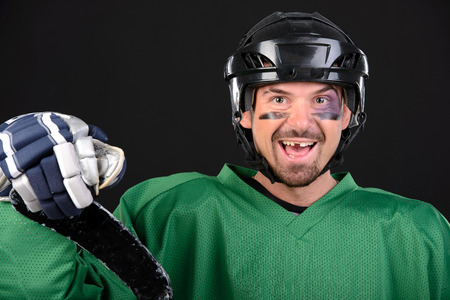 Photo pour Funny hockey player smiling, bruise around the eye. - image libre de droit