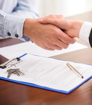 Photo pour Handshake of a real estate agent and a client. - image libre de droit