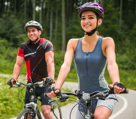 Photo pour Happy carefree bike couple cycling outdoors and leading healthy lifestyle. - image libre de droit