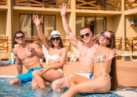 Photo pour Beautiful young people having fun in swimming pool, smiling. - image libre de droit