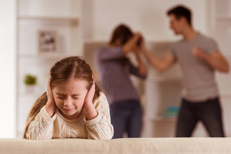 Photo pour ?hild suffering from quarrels between parents in the family at home - image libre de droit