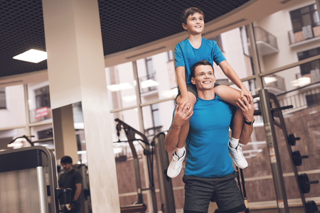 Photo pour Dad and son in the same clothes in gym. Father and son lead a healthy lifestyle. - image libre de droit