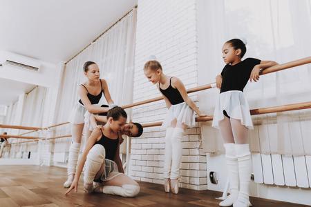 Photo pour Ballet Training of Group of Young Girls Indoors. - image libre de droit