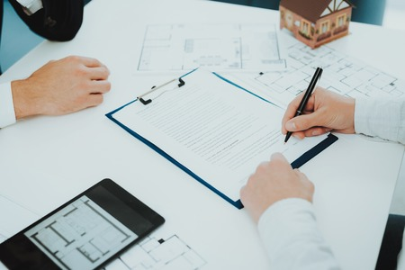 Foto de Close-up. Contract Signing Concept. Property Buy. Bright Office. Business Meeting. Customer And Buyer. Offer Discussion. Professional Agreement. House Selling Proposal. Document Signature. - Imagen libre de derechos