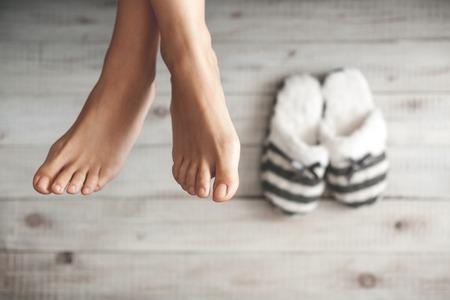 Foto de Soft photo of woman's feet with slippers, top view point - Imagen libre de derechos