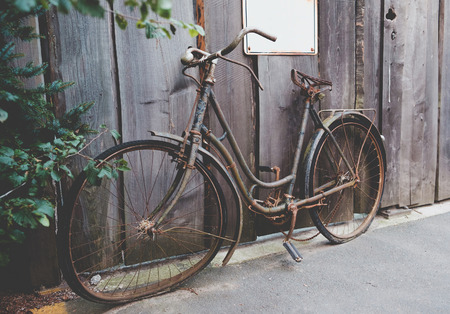 Photo pour Old rusted bicycle standing at the street - image libre de droit
