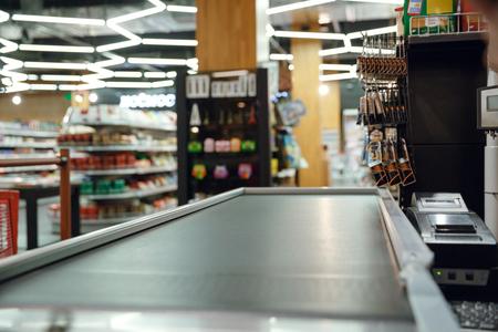 Foto de Cropped picture of cashier's desk in supermarket shop - Imagen libre de derechos