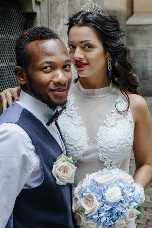Photo pour couple celebrating their wedding day - image libre de droit