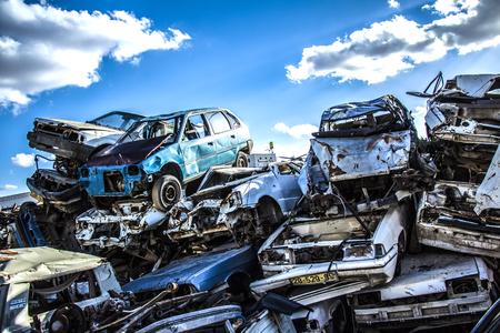 Foto de Discarded cars on junkyard - Imagen libre de derechos