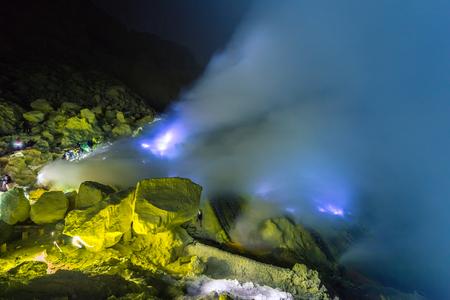 Foto de Blue fire of volcan Kawah ijen on the Java, Indonesia - Imagen libre de derechos