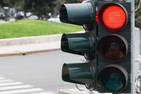 Foto de In the photo you see a city traffic light, a red light is on. - Imagen libre de derechos