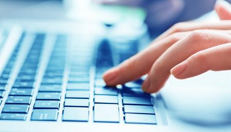 Foto de businesswoman typing on laptop computer - Imagen libre de derechos