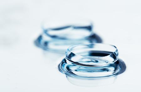 Foto de Two contact lenses with reflections - Imagen libre de derechos