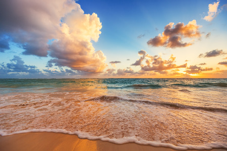 Photo pour Beautiful cloudscape over Caribbean sea, sunrise shot - image libre de droit