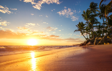 Photo pour Sunrise on a tropical island - image libre de droit