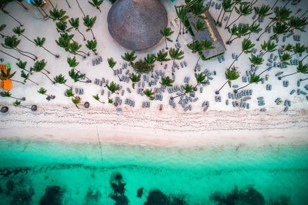 Photo pour Aerial view of tropical island beach. - image libre de droit