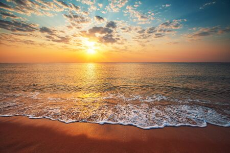 Photo pour Beautiful sunrise over the tropical sea. - image libre de droit
