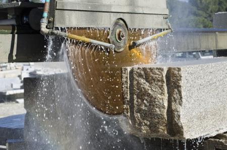 Foto de granite sawing machine in a factory from a quarry - Imagen libre de derechos