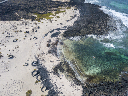 Photo pour Aerial view of the Caleta del Mojón Blanco, sandy desert beach and rugged coastline. Orzola, Lanzarote, Canary Islands, Spain, Africa - image libre de droit