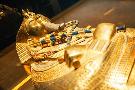 Photo pour Original gold mask of the pharaoh in museum - image libre de droit