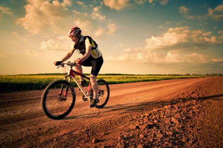 Foto de man extreme biking in motion - Imagen libre de derechos