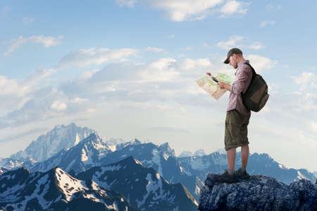 Foto de man hiking in mountains - Imagen libre de derechos
