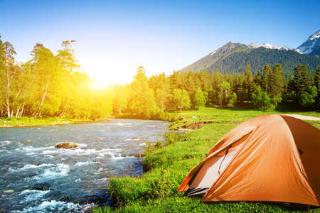 Photo pour tourist tent camping in mountains - image libre de droit