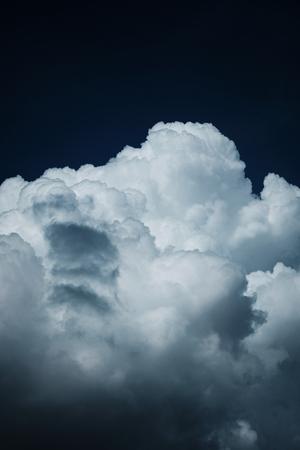 Photo pour White thunder clouds in the dark blue sky - image libre de droit