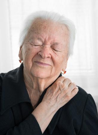 Photo pour Old woman suffering from shoulder ache - image libre de droit