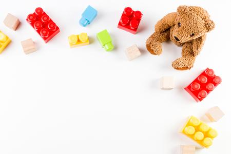 Photo pour Kids toys background with teddy bear and colorful bricks - image libre de droit