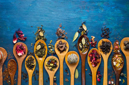 Foto de Dry tea with in wooden spoons. Top view - Imagen libre de derechos