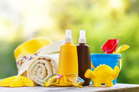 Foto de Baby sunscreen and beach accessories - Imagen libre de derechos