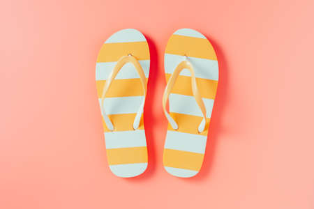 Foto de Flip flops on pink background - Imagen libre de derechos