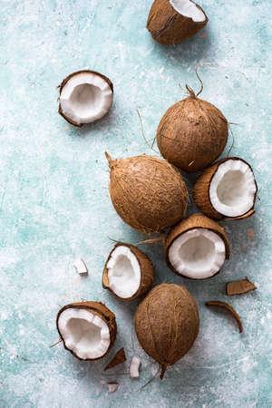 Foto de Fresh coconuts with coconut halves on a blue - Imagen libre de derechos