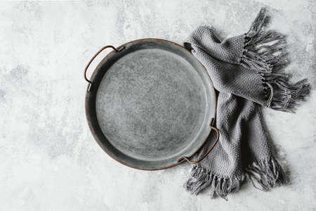 Photo pour Empty metal tray on a grey - image libre de droit