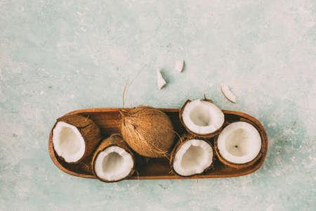 Foto de Fresh coconuts with coconut halves - Imagen libre de derechos