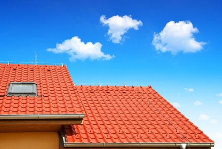 Photo pour Roof house with tiled roof - image libre de droit