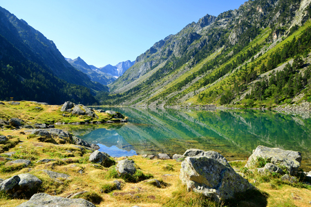 Photo pour View of the Gaube lake in summer with mount Vignemale in the background.Pyrenees mountain, France. - image libre de droit