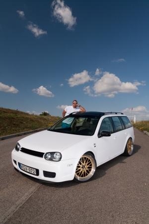 Photo pour Tuned VW Golf Variant with its owner - image libre de droit