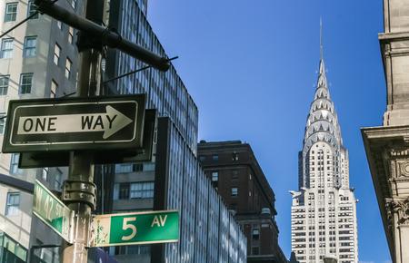 Foto de New York City street signs and the Chrysler building - Imagen libre de derechos