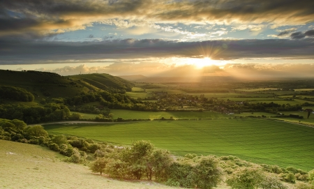 Foto de Landscape over English countryside landscape in Summer sunset - Imagen libre de derechos