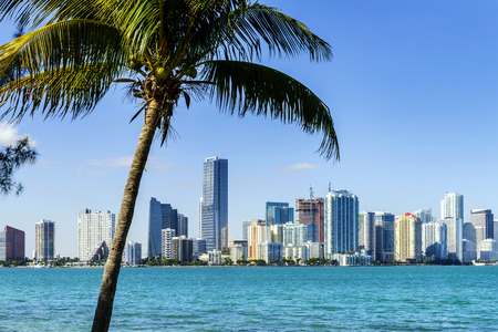 Foto de Miami Downtown skyline in daytime with Biscayne Bay. - Imagen libre de derechos