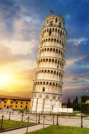 Photo pour Pisa, place of miracles: the leaning tower and the cathedral baptistery, tuscany, Italy - image libre de droit