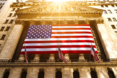 Photo pour Famous Wall street and the building in New York, New York Stock Exchange with patriot flag - image libre de droit
