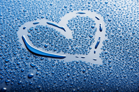 Photo pour a heart shape between blue water drops - image libre de droit