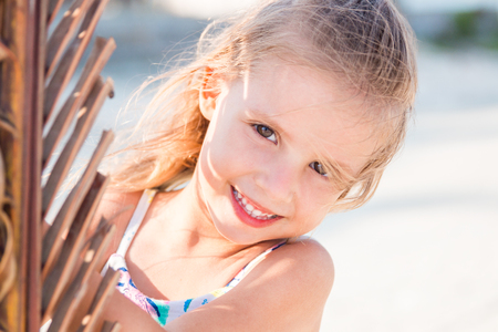 Foto de little beautiful girl posing on the beach. - Imagen libre de derechos