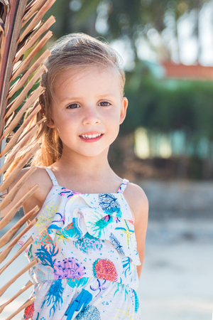 Foto de little beautiful girl posing on the beach. - Imagen libre de derechos
