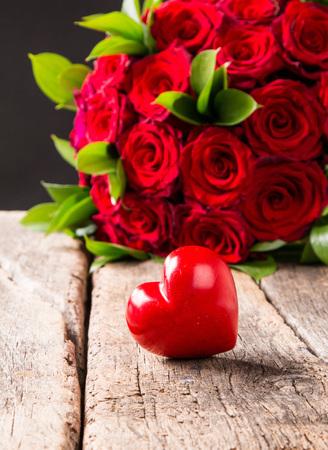 Photo pour Roses red and Hearts - image libre de droit
