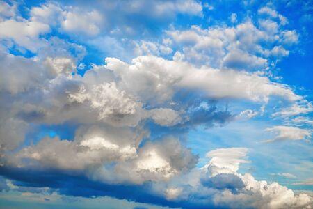 Foto de Sky with voluminous cumulus clouds. Natural background. - Imagen libre de derechos